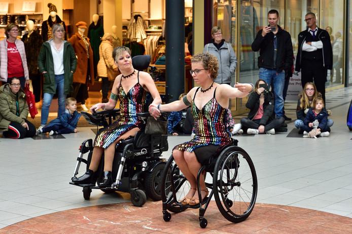 Rolstoeldansers in de Nieuwe Marktpassage tijdens de eerste editie van het festival Gouda niks mis mee.