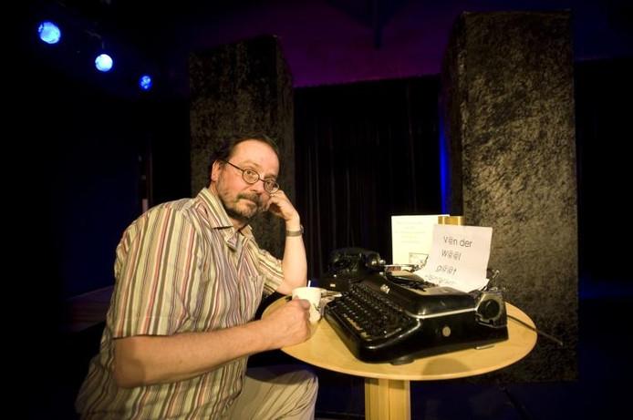 Aad van der Waal op het podium van Theater Merlijn. Als schrijver van toneelstukken en poëzie.foto Maarten Sprangh