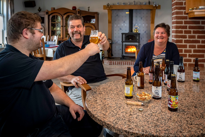 De 'keukentafelbrouwers'  Dommisse maken de volgende stap naar een echt brouwersfamilie. Zoon Joost, vader Jan en moeder aan tafel in Hoeven. Zus Moniek ontbreekt op de foto.