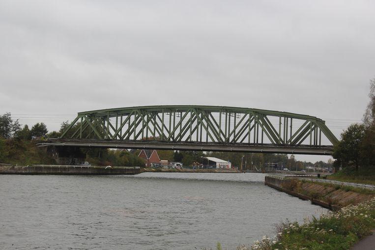 De nieuwe fietsbrug komt naast de spoorbrug, die zelf verhoogd moet worden.