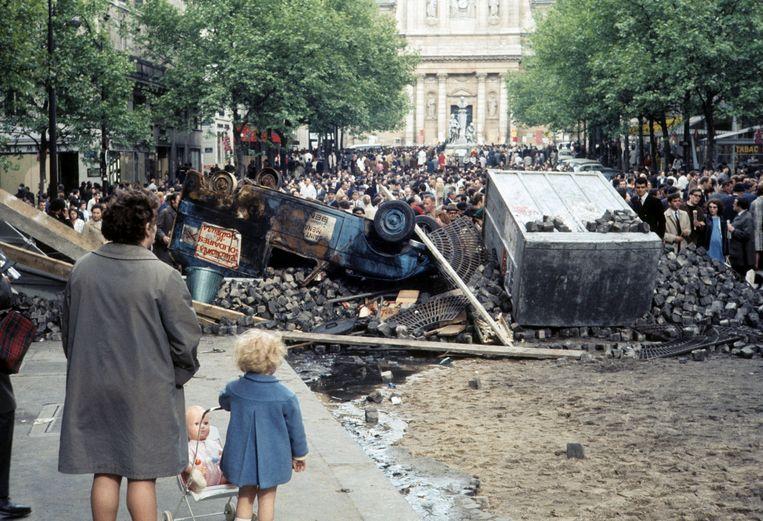 Tijdens de bezetting van de Sorbonne waren omliggende straten veranderd in een slagveld. Beeld Hollandse Hoogte / Roger Viollet Agence Photographique