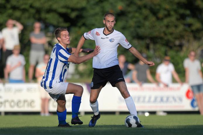 Thijs van Hal (links) in duel met  Danny Verbeek van FC Den Bosch tijdens de vorige editie van Helvoirt - FC Den Bosch.