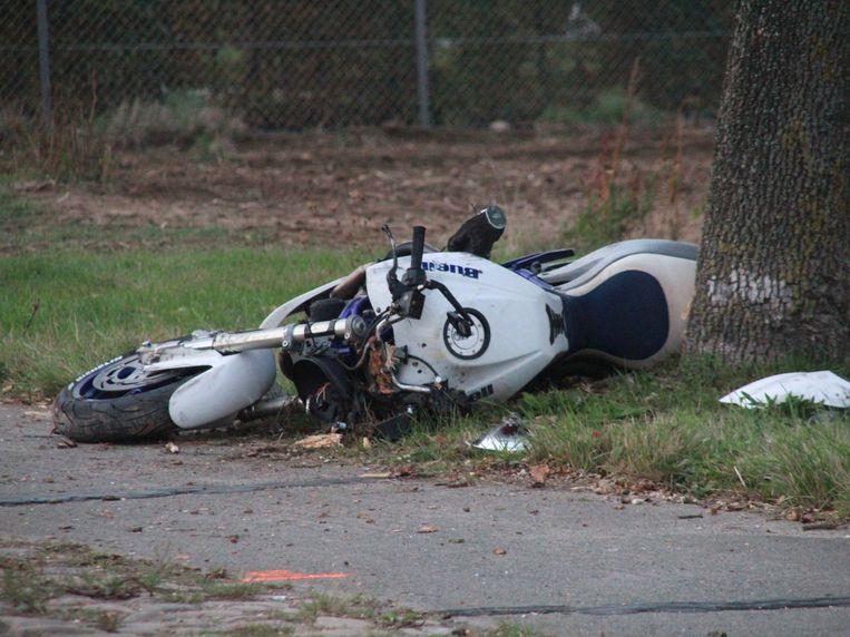 De motor belandde tegen een boom langs de weg