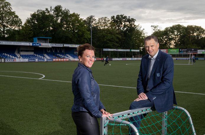 GVVV-voorzitter Barry van de Lagemaat en voorzitter Geraldine Septer van de businessclub slaan de handen ineen bij de Veenendaalse voetbalclub.