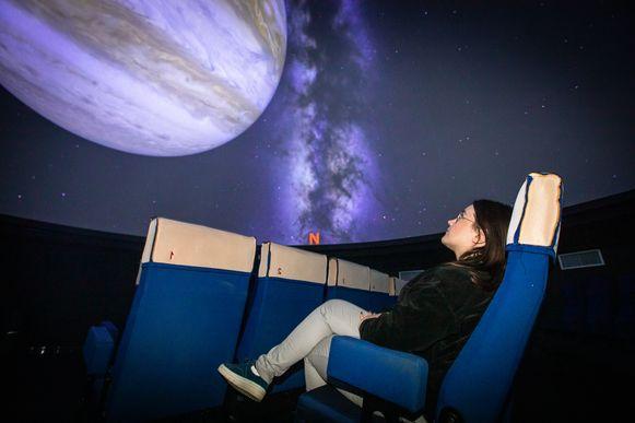 Het projectiescherm en de geluidsinstallatie van de 360°-filmzaal van de Cosmodrome in Genk is vernieuwd.