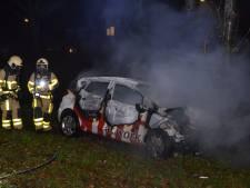 Auto vliegt in brand na botsing in Hengelo