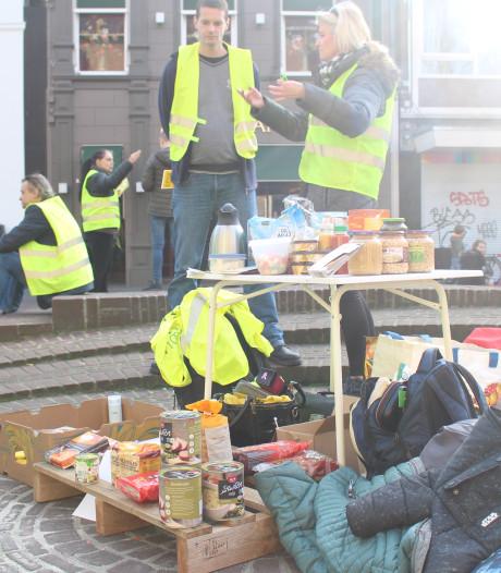 Gele hesjes delen voedsel uit aan minder bedeelden in Enschede