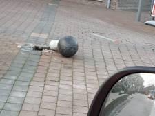 Metalen bal alwéér omver gereden in Opheusden, verzucht wijkagent Gerrit: 'Tik maar raak'