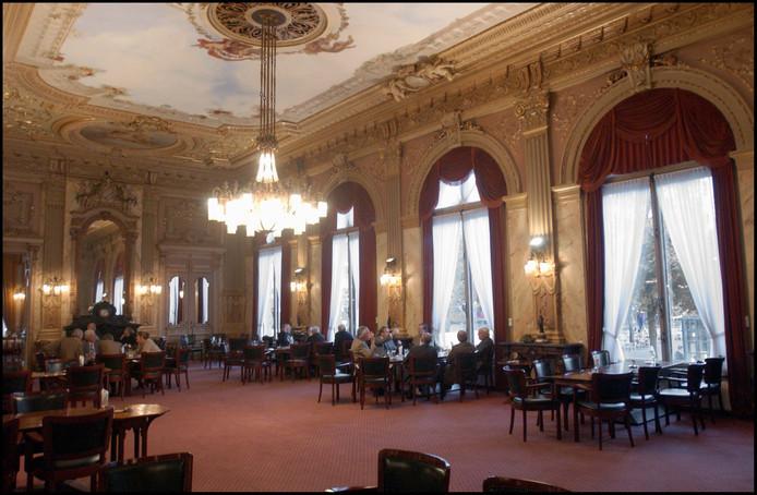 Het prachtige interieur van De Witte, ofwel De Nieuwe of Littéraire Sociëteit De Witte aan het Plein.