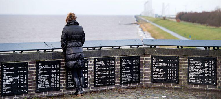 Het Urker vissersmonument met de namen van op zee omgekomen vissers. Beeld ANP
