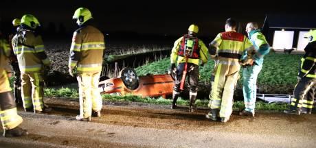 Auto met aanhanger belandt op de kop in sloot in Ophemert