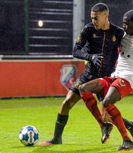 Telstar wint door late treffer bij Jong FC Utrecht, scheidsrechter trekt twee keer rood