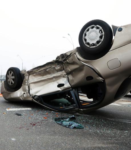 Auto over de kop in Huizen, man gewond