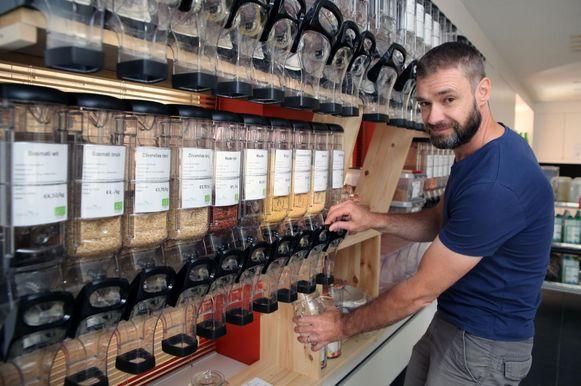 Johan Moreels toont hoe je granen kan tappen aan de silo's in zijn winkel.