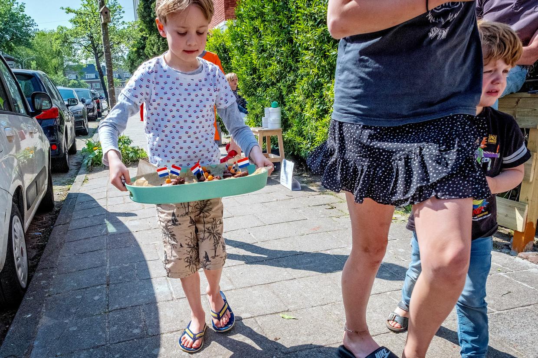 Ondanks de coronamaatregelen toch een door kinderen georganiseerde kleine vrijmarkt in Haarlem.