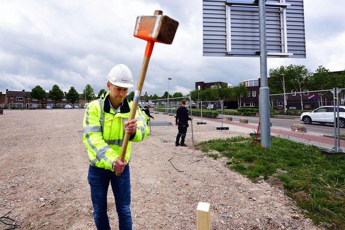 Projectleider Fons Laurijssen slaat een 'piketpaal' in de grond. Eind mei volgt de rest en kan gestart worden met de bouw van cultuurcentrum Nieuwe Nobelaer.