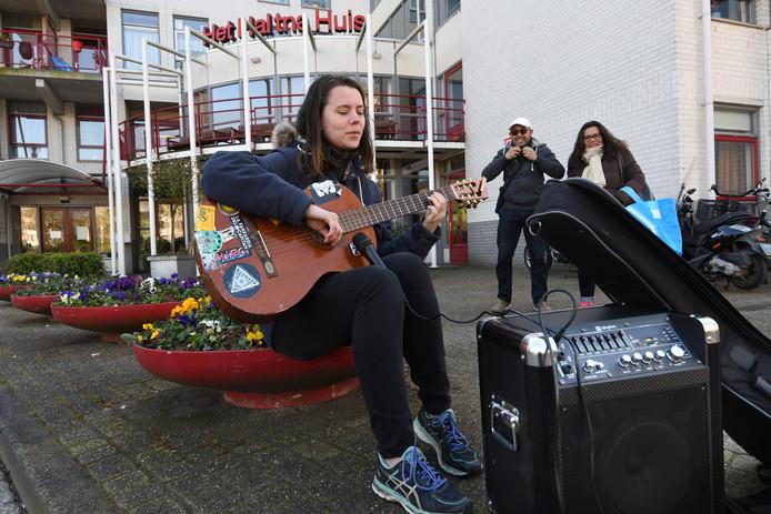 Houtense Anna Heinen brengt bij het Haltnahuis een spontane serenade voor de ouderen
