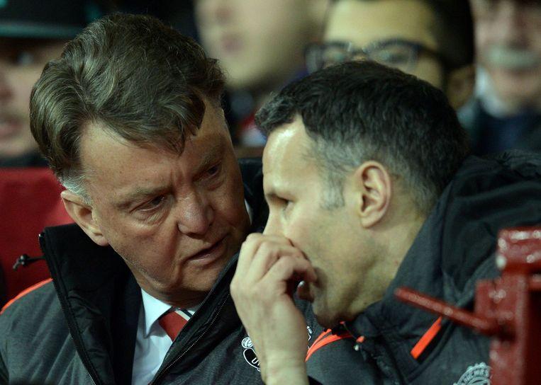 Overleggend met assistent Ryan Giggs donderdag tijdens de wedstrijd tegen Liverpool. Manchester kwam niet verder dan 1-1. Beeld AFP