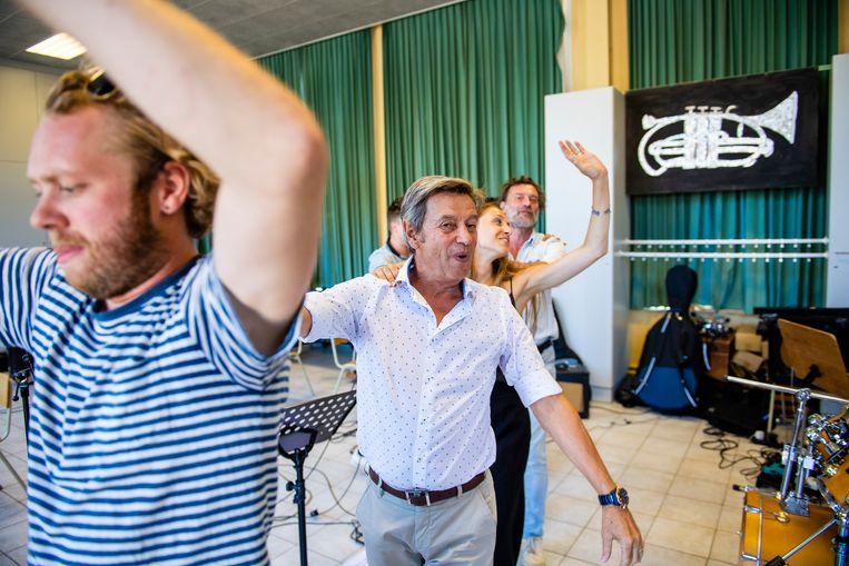 Willy Sommers leidt de polonaise, voor Sennek - onze inzending voor het Eurovisiesongfestival - en Daan.