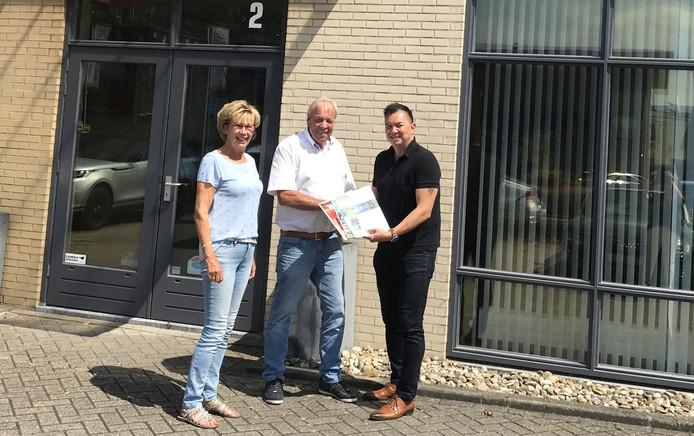 vlnr: Bep Verkerk, Wim Verkerk en Frankgen Tuhumena.