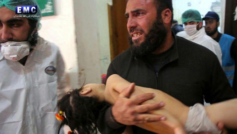 Een slachtoffer van de aanval in Idlib. Beeld AP
