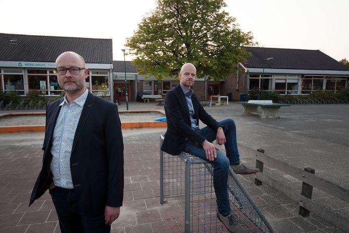 Casper Sonnega (links) en Jeroen Droppers op het schoolplein van de vroegere basisschool  De Bengelbongerd in Houten. ,,Wat ze hier van plan zijn te bouwen, gaat veel te ver.''