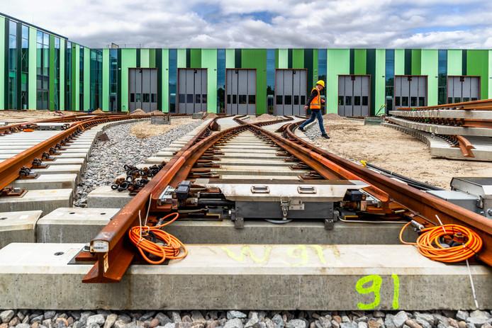 Een deel van het personeel van onderhoudsbedrijf Stadler is vrijdag bijgepraat over de vondst van Chroom 6 rond tramstellen. Dat gebeurde in de nieuwe tramremise in Nieuwegein.