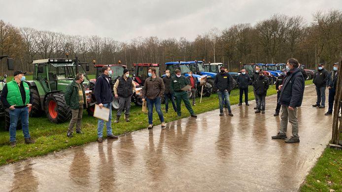 Vijftien boeren en tractoren verzamelden voor het protest