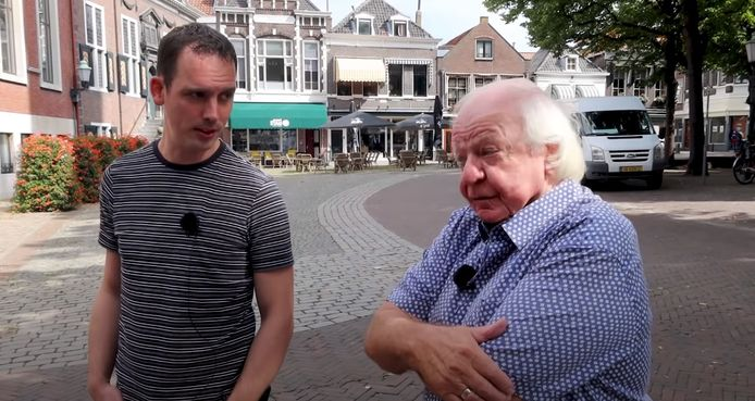 Ron Feuler met Aad van Toor in Vlaardingen. Deze maand verschijnen drie speciale afleveringen online over opnamelocaties in deze stad.