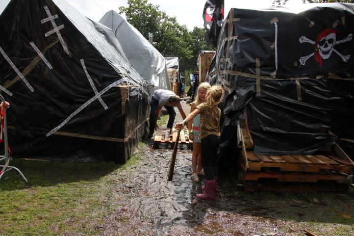 Een pallet moet helpen tegen uitglijden in de modder bij Veghel in Hout.