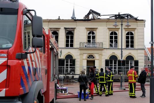 The day after... Een ravage bij De Rechter in Steenwijk, de dag na de brand. Veel mensen komen kijken. Archieffoto