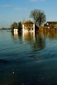 Jeroen van Hattum schreef Het water stijgt! over de evacuatie van 1995: zó spannend dat het verzonnen kon zijn