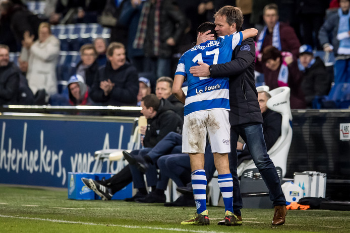 De Graafschap-trainer Henk de Jong bedankt Tarik Tissoudali na zijn geslaagde debuut tegen Jong FC Utrecht.