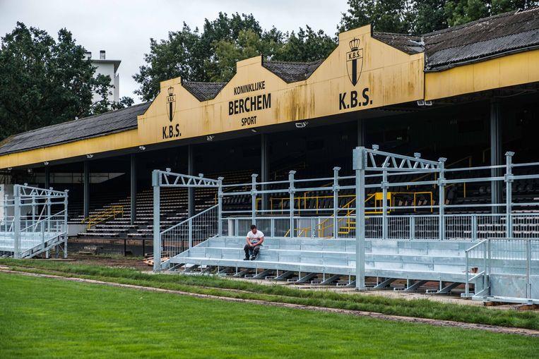 Een beeld van afgelopen zomer, tijdens de bouw van de zittribunes. De oude, afgekeurde tribune daarachter zal zo nog jaren blijven staan.