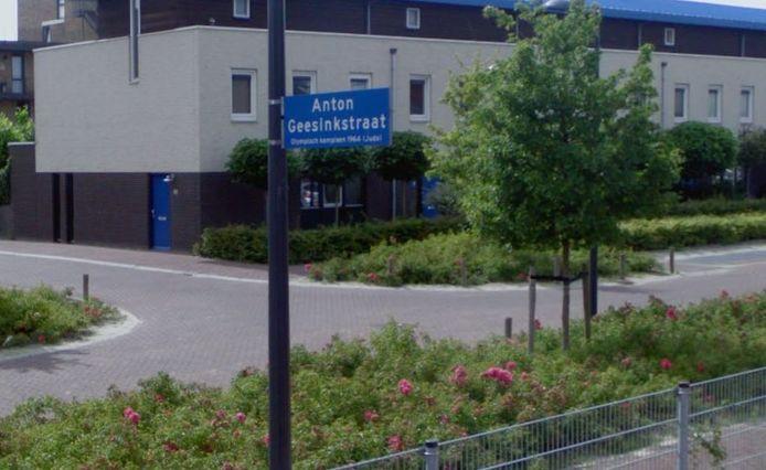 In Hoofddorp bijvoorbeeld is een wijk met naar sporters vernoemde straten, zoals Anton Geesink, Ard Schenk en Bep van Klaveren. Ook Oldenzaal heeft een sportersbuurt, met onder anderen Abe Lenstra, Tom Okker en Ada Kok.