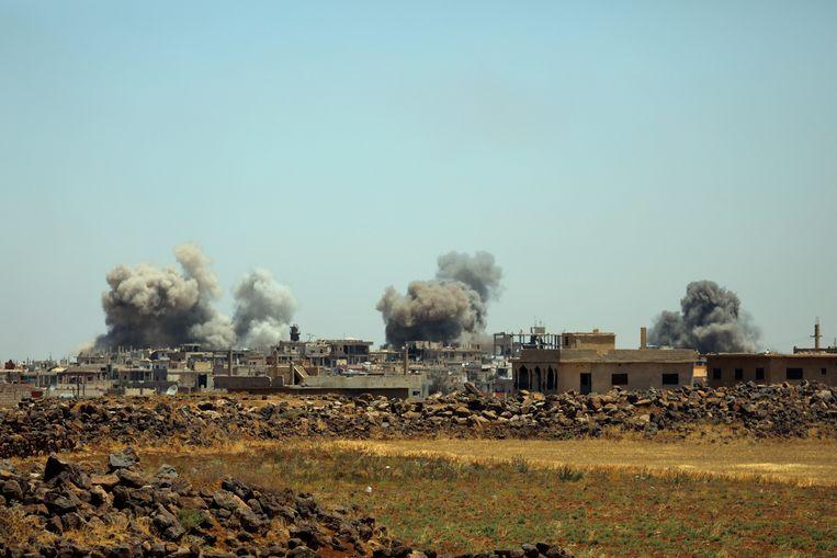 Rook stijgt op uit het dorpje al-Harak in de provincie Deraa in Syrië, op 25 juni 2018. Beeld REUTERS