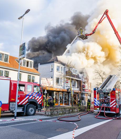 Omwonenden komen massaal naar buiten bij brand in Goirle en lappen coronaregels aan laars