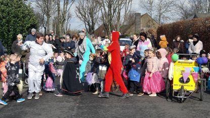 Kleuters De Toren nemen grootouders mee op carnavalstoet