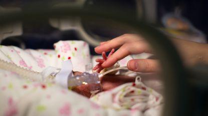 1 kans op 4,7 miljard: Franse vrouw bevalt in vier minuten tijd van zesling