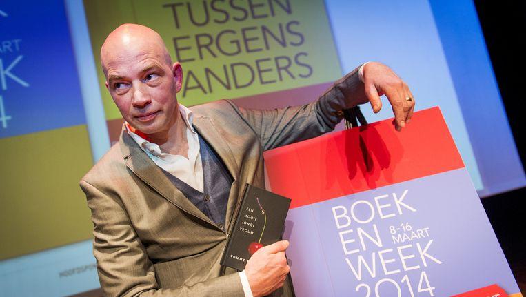 Tommy Wieringa toont zijn boekenweekgeschenk in 2014 Beeld anp