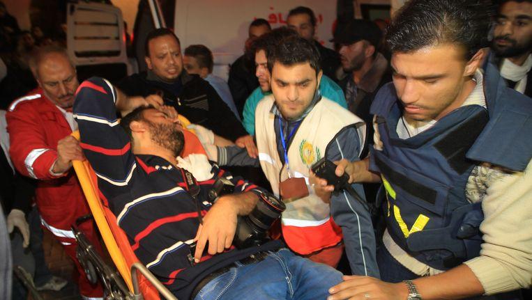 Een gewonde Palestijnse persfotograaf wordt het ziekenhuis binnengebracht. (Archieffoto uit november 2012).