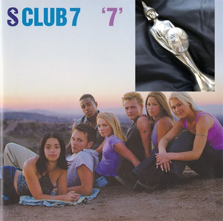 S Club 7 in 2000 met Paul Cattermole (tweede van links). Inzet: de bewuste te koop aangeboden Brit Award.