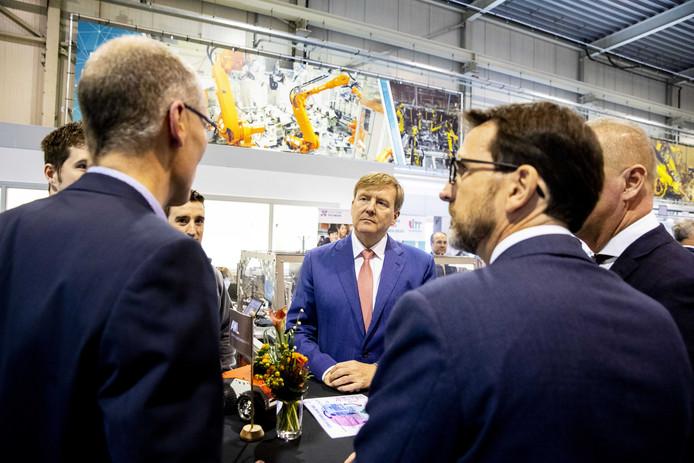 Koning Willem-Alexander brengt een werkbezoek aan AWL Techniek. Hij kreeg een rondleiding door diverse onderdelen van de producent van lasmachines.