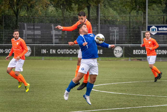 De Haagse Beemden-voetbalderby tussen Boeimeer en WDS'19, afgelopen september. Duel tussen Boeimeer-speler (blauw) Jimmy v.d. Wulp en Eljay Hoed van WDS'19 (oranje). WDS'19 won met 1-4.