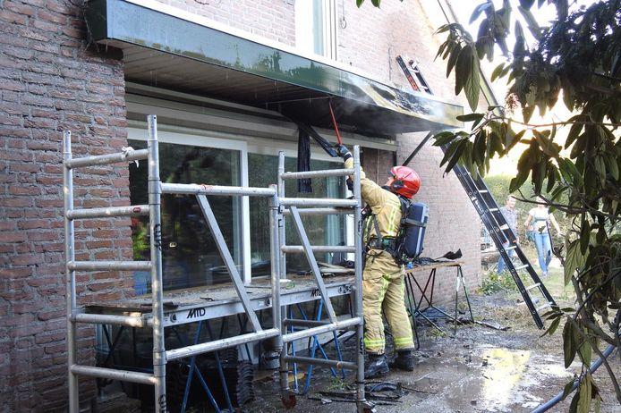 Een brand aan het dak heeft voor veel schade gezorgd bij een woning in Waalre.