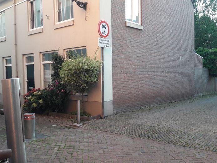 Bewoners van de Schilderstraat zien de paal in hun straat liever meer naar de Zuid-Willemsvaart verschuiven zodat de parkeerplaats rechts niet meer wordt geblokkeerd door automobilisten die in de straat blokkeren en voor overlast zorgen.