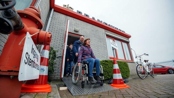 Wethouder Lieke Schuitmaker testte de rolstoeltoegankelijkheid door zelf in een rolstoel de stembureaus af te gaan.