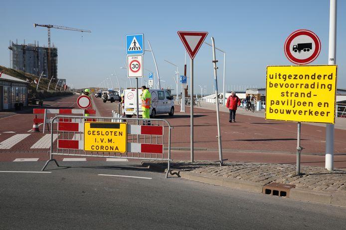 Gemeenten hebben in heel Haaglanden verkeersregelaars ingezet om te voorkomen dat het druk wordt in parken en stranden. Parkeerplaatsen zijn afgesloten.