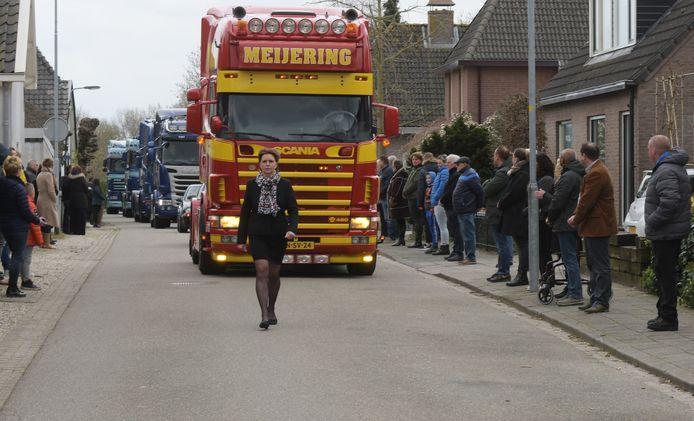 Frans van Doesburg (60) uit Asch is coronaslachtoffer, hij wordt door familie met vrachtwagen naar het kerkhof gereden. Twaalf collega's volgde met hun vrachtwagen en reden mee in de stoet. Bijna het hele dorp vormde een erehaag.