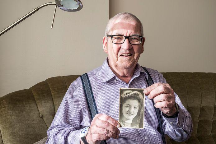 Ton Hendrix met een foto van zijn oudere zus Lies die in de oorlog omkwam.